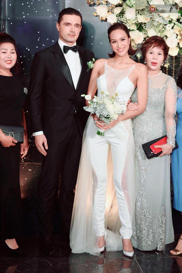 MC Phương Mai khoe ngực đầy, hôn đắm đuối ông xã Tây trong đám cưới hoành tráng tại Hà Nội - Ảnh 7.