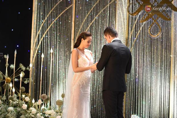 MC Phương Mai khoe ngực đầy, hôn đắm đuối ông xã Tây trong đám cưới hoành tráng tại Hà Nội - Ảnh 3.