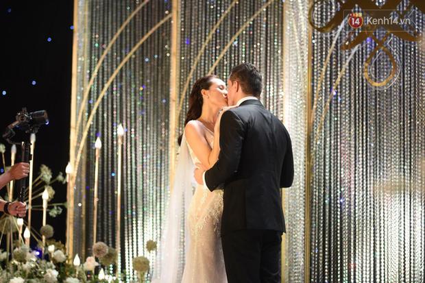 MC Phương Mai khoe ngực đầy, hôn đắm đuối ông xã Tây trong đám cưới hoành tráng tại Hà Nội - Ảnh 4.