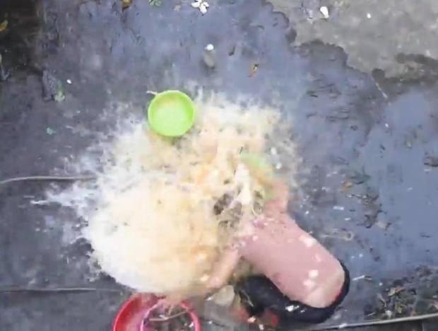 Ăn mừng kênh Youtube 20k subcribers, con trai cưng đổ thau trứng lên đầu mẹ rồi quay clip khoe như chiến tích - Ảnh 3.