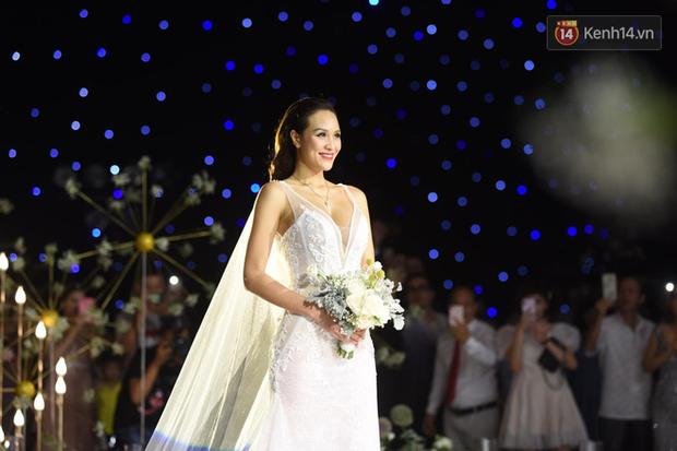 MC Phương Mai khoe ngực đầy, hôn đắm đuối ông xã Tây trong đám cưới hoành tráng tại Hà Nội - Ảnh 1.