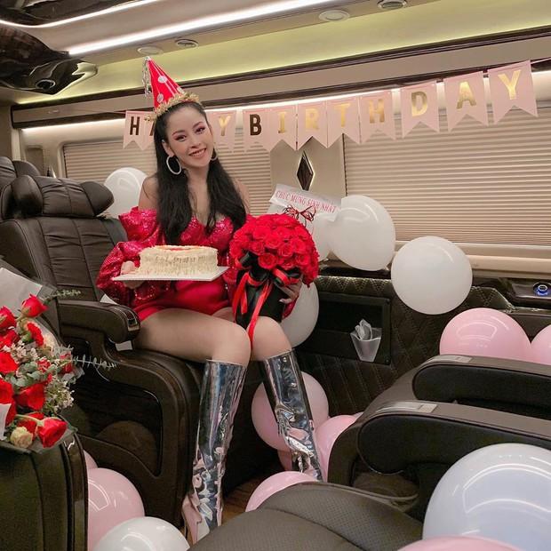 """Biết chị nhà thích đi du lịch, """"fanti"""" cho Chi Pu đi vòng quanh thế giới nhân dịp sinh nhật với... đúng 1 bộ đồ - Ảnh 16."""