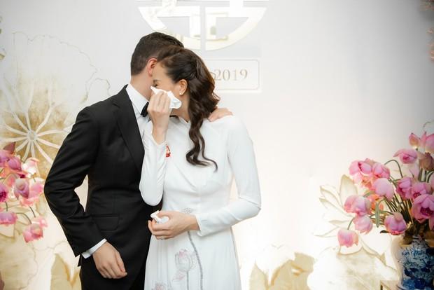 MC Phương Mai bật khóc xúc động, khoá môi ông xã Tây ngọt ngào trong ngày lên xe hoa về nhà chồng - Ảnh 6.