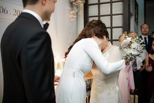 MC Phương Mai bật khóc xúc động, khoá môi ông xã Tây ngọt ngào trong ngày lên xe hoa về nhà chồng - Ảnh 5.