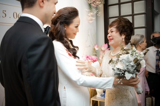 MC Phương Mai bật khóc xúc động, khoá môi ông xã Tây ngọt ngào trong ngày lên xe hoa về nhà chồng - Ảnh 4.
