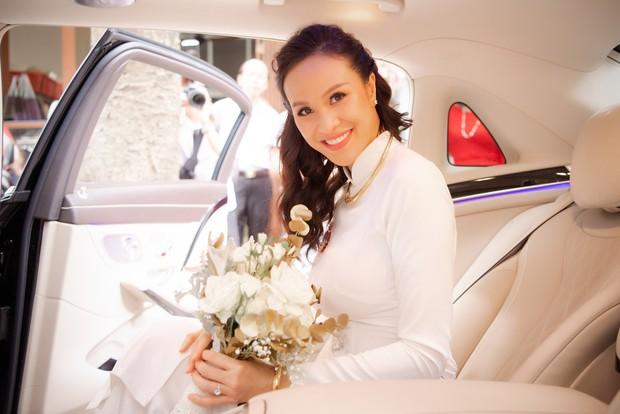 MC Phương Mai bật khóc xúc động, khoá môi ông xã Tây ngọt ngào trong ngày lên xe hoa về nhà chồng - Ảnh 13.
