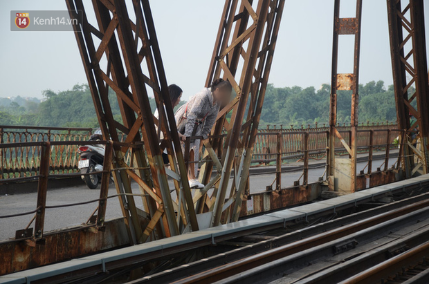 Bất chấp kim tiêm và nguy hiểm, giới trẻ trèo vào đường ray tàu hỏa trên cầu Long Biên để chụp ảnh - Ảnh 3.
