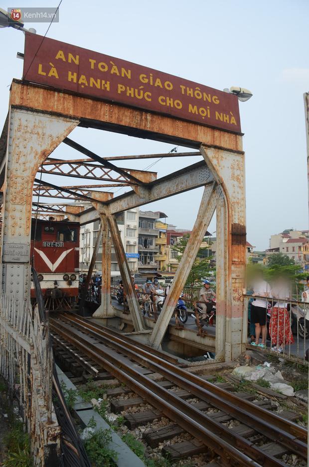 Bất chấp kim tiêm và nguy hiểm, giới trẻ trèo vào đường ray tàu hỏa trên cầu Long Biên để chụp ảnh - Ảnh 9.