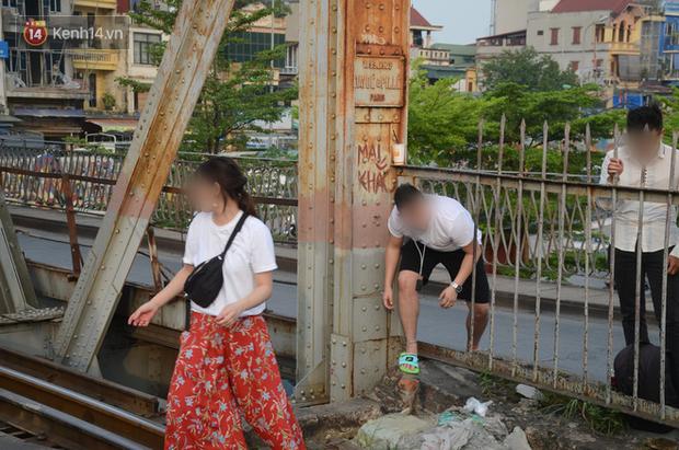 Bất chấp kim tiêm và nguy hiểm, giới trẻ trèo vào đường ray tàu hỏa trên cầu Long Biên để chụp ảnh - Ảnh 10.