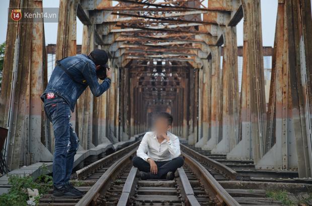 Bất chấp kim tiêm và nguy hiểm, giới trẻ trèo vào đường ray tàu hỏa trên cầu Long Biên để chụp ảnh - Ảnh 4.