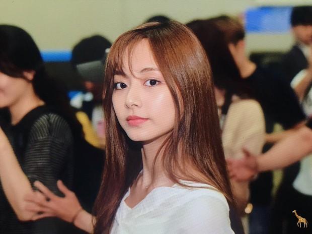 Chẳng phải anh em, nữ thần thế hệ mới Tzuyu (TWICE) bỗng hóa phiên bản nữ của mỹ nam BTS này chỉ vì cắt tóc mái - Ảnh 2.