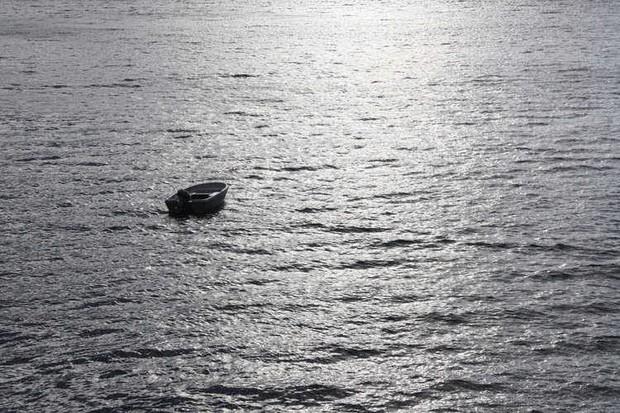 Mắc kẹt trên biển 4 ngày không đồ ăn thức uống, người đàn ông 60 tuổi sống sót thần kỳ với bạn là phao cứu sinh và đồng hồ Rolex - Ảnh 1.