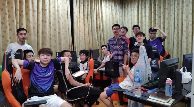 Game thủ đến từ Hà Nội bơ vơ vì VCS bị hoãn, GAM lập tức mời về thăm Gaming House để bù đắp - Ảnh 1.