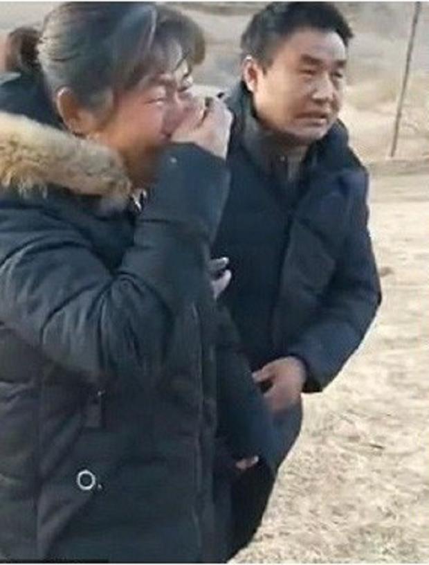 Phát hiện ngôi mộ của em gái 18 tuổi bị bới tung, cặp vợ chồng vội vàng báo cảnh sát và phát hiện sự thật đáng sợ - Ảnh 1.