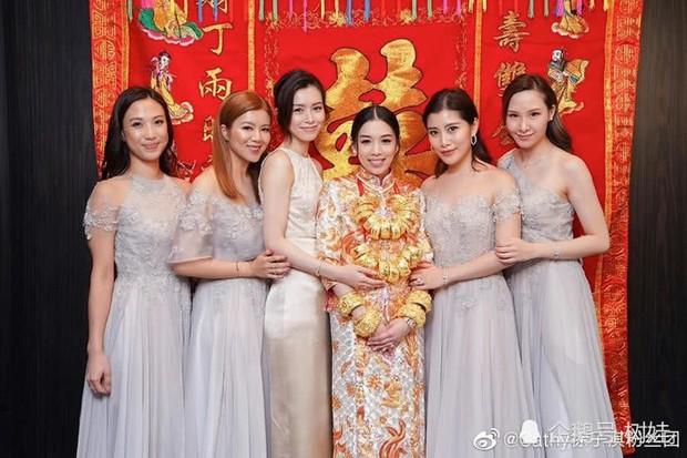 Thiên kim Hong Kong đeo trĩu cổ 30 vòng long phụng vàng ròng, ái nữ trùm sòng bạc Macau khệ nệ bụng bầu làm phù dâu - Ảnh 5.