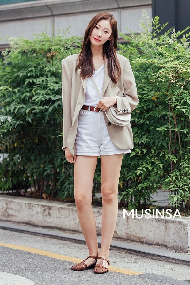 Street style giới trẻ Hàn tuần qua: đại hội áo phông nhưng chẳng ai mix đụng ai, khuyến mại thêm loạt gợi ý mix đồ mát quên sầu - Ảnh 2.
