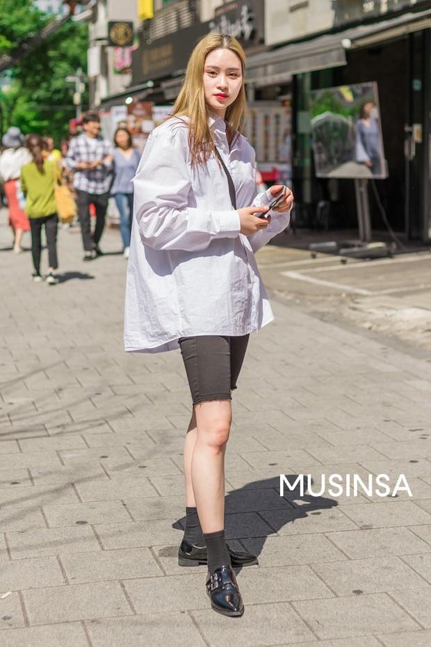 Street style giới trẻ Hàn tuần qua: đại hội áo phông nhưng chẳng ai mix đụng ai, khuyến mại thêm loạt gợi ý mix đồ mát quên sầu - Ảnh 11.
