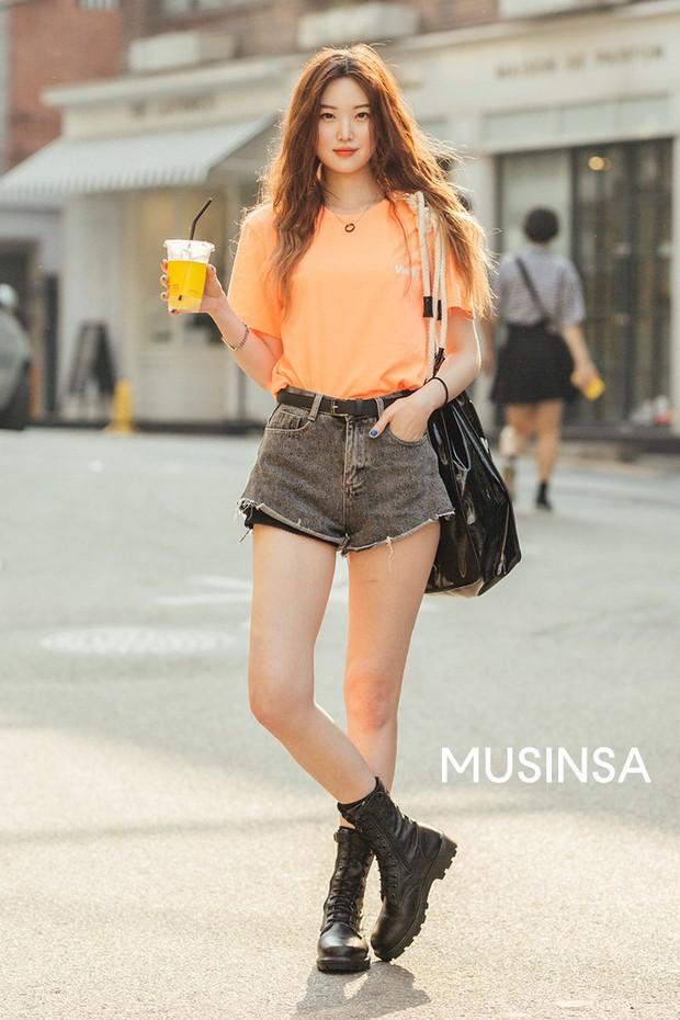 Street style giới trẻ Hàn tuần qua: đại hội áo phông nhưng chẳng ai mix đụng ai, khuyến mại thêm loạt gợi ý mix đồ mát quên sầu - Ảnh 4.
