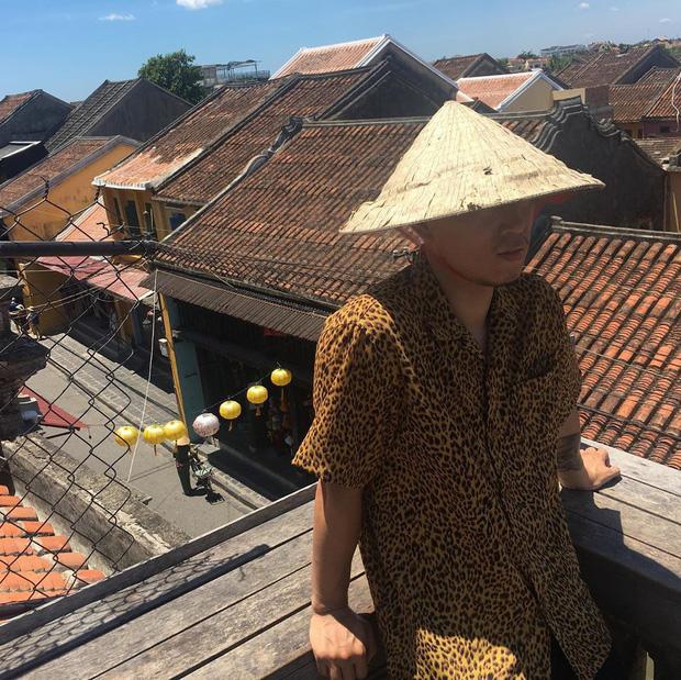 """Kang Gary đăng vlog nghỉ dưỡng ở Hội An cùng gia đình, nhưng fan lại """"cười ngất"""" khi phát hiện ra nguồn gốc của chiếc nón lá rách anh đội suốt chuyến đi - Ảnh 9."""