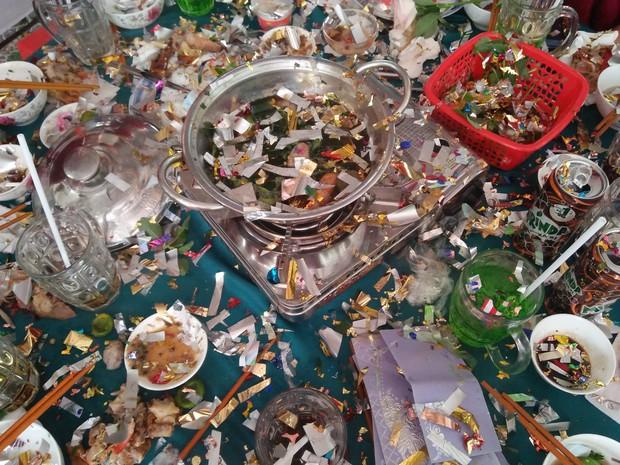 Cả lớp đang ăn liên hoan vui vẻ thì phải ngừng lại, bỏ hết thức ăn vì lỗi ngu ngốc của đứa bắn pháo hoa giấy - Ảnh 1.