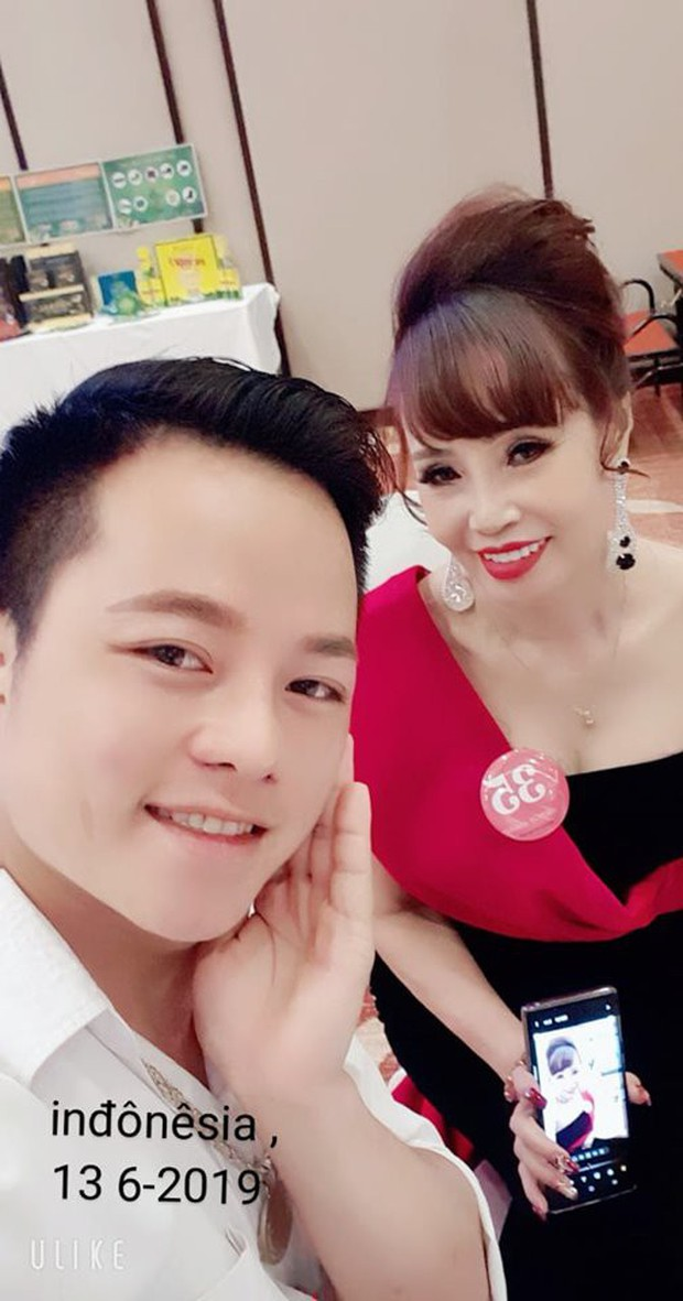 Cô dâu 62 tuổi được chồng trẻ tháp tùng tham dự cuộc thi hoa hậu ở Indonesia gây xôn xao - Ảnh 3.