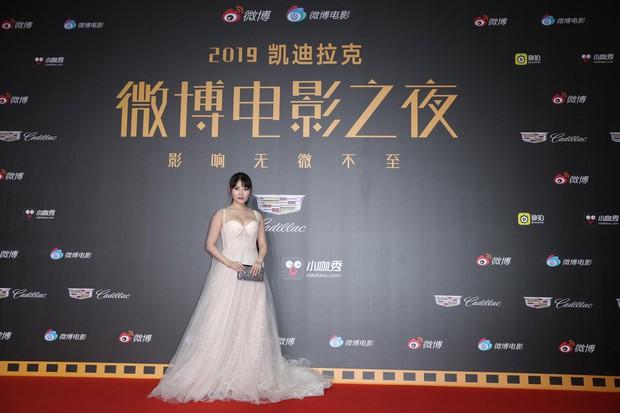 Thảm đỏ Weibo: Kim Kardarshian Trung Quốc o ép vòng 1 bức thở bên Thư Kỳ, Dương Siêu Việt khoe nhan sắc không tì vết - Ảnh 4.