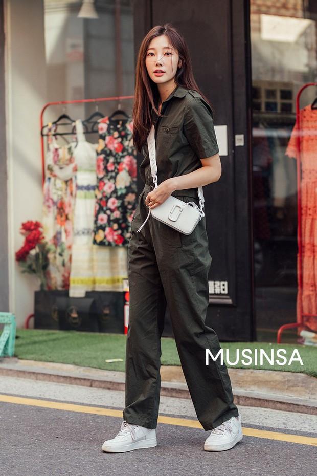 Street style giới trẻ Hàn tuần qua: đại hội áo phông nhưng chẳng ai mix đụng ai, khuyến mại thêm loạt gợi ý mix đồ mát quên sầu - Ảnh 9.
