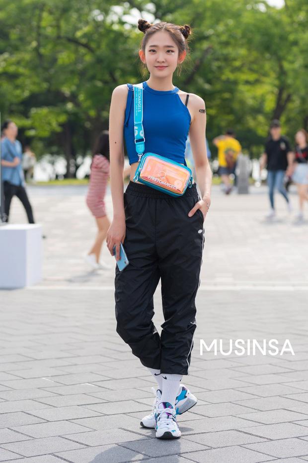 Street style giới trẻ Hàn tuần qua: đại hội áo phông nhưng chẳng ai mix đụng ai, khuyến mại thêm loạt gợi ý mix đồ mát quên sầu - Ảnh 10.