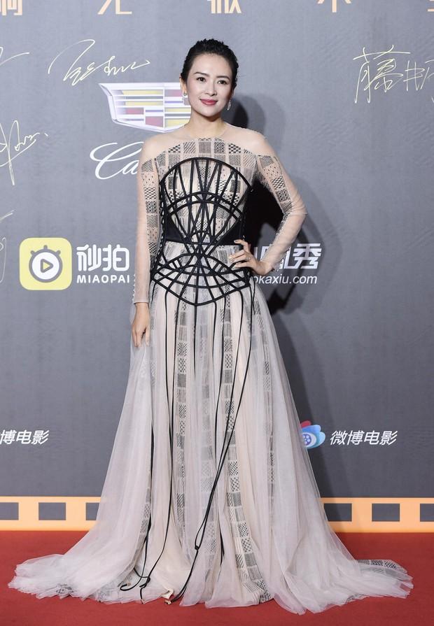 Thảm đỏ Weibo: Kim Kardarshian Trung Quốc o ép vòng 1 bức thở bên Thư Kỳ, Dương Siêu Việt khoe nhan sắc không tì vết - Ảnh 2.