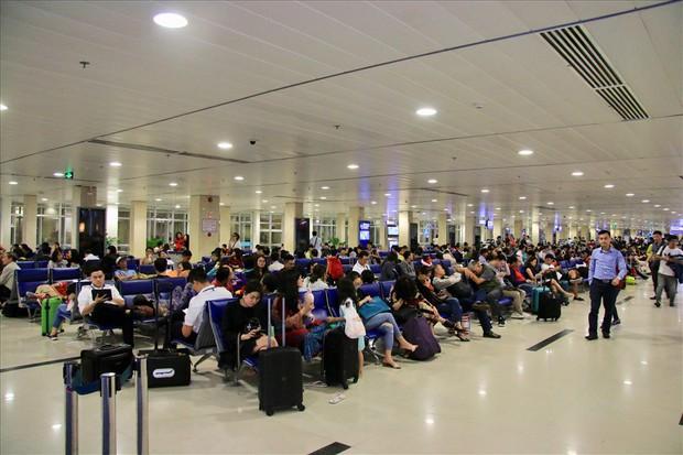 Sân bay Tân Sơn Nhất sắp chính thức ngưng sử dụng loa phát thanh để thông báo. Mách bạn một vài tips hay ho làm quen với điều này để không bị trễ giờ bay nhé - Ảnh 3.