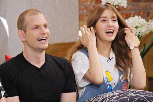 Những ông bố của loạt idol Kpop từng gây bão mạng: Không visual đỉnh thì cũng quá giàu, bố Lisa còn nổi tiếng thế giới - Ảnh 13.