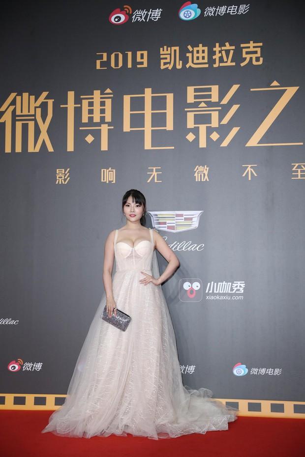 Thảm đỏ Weibo: Kim Kardarshian Trung Quốc o ép vòng 1 bức thở bên Thư Kỳ, Dương Siêu Việt khoe nhan sắc không tì vết - Ảnh 5.