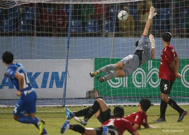 Văn Lâm bất lực trước sai lầm của đồng đội Hàn Quốc, Xuân Trường lên đỉnh Thai League 1 cùng Buriram United - Ảnh 2.