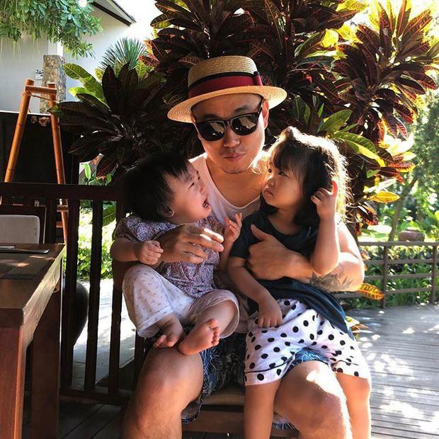 """Kang Gary đăng vlog nghỉ dưỡng ở Hội An cùng gia đình, nhưng fan lại """"cười ngất"""" khi phát hiện ra nguồn gốc của chiếc nón lá rách anh đội suốt chuyến đi - Ảnh 3."""