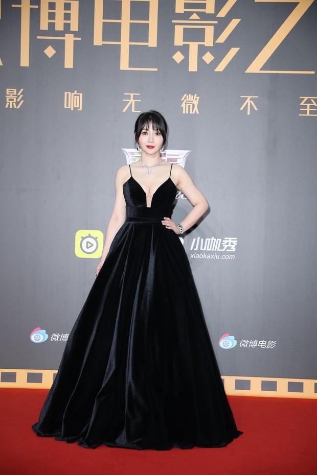 Thảm đỏ Weibo: Kim Kardarshian Trung Quốc o ép vòng 1 bức thở bên Thư Kỳ, Dương Siêu Việt khoe nhan sắc không tì vết - Ảnh 12.