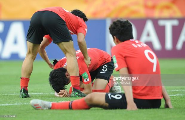 Đội bóng quê hương HLV Park Hang-seo ôm nhau khóc nấc khi thua ngược ở chung kết đấu trường World Cup - Ảnh 8.