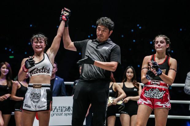 Mĩ nhân vạn người mê của làng võ bị đánh bầm dập đến mức khó nhận ra trong ngày ra mắt giải MMA lớn nhất châu Á - Ảnh 4.