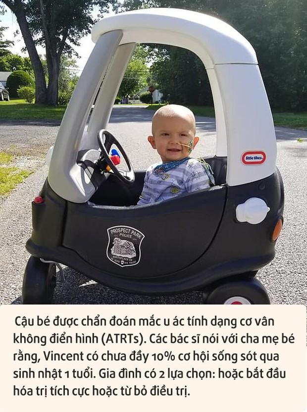 Thấy đầu con nghiêng nhẹ sang phải, bố mẹ không ngờ con trai 3 tháng tuổi bị bệnh ung thư nghiêm trọng đến thế - Ảnh 1.