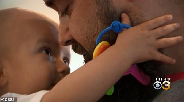Thấy đầu con nghiêng nhẹ sang phải, bố mẹ không ngờ con trai 3 tháng tuổi bị bệnh ung thư nghiêm trọng đến thế - Ảnh 3.