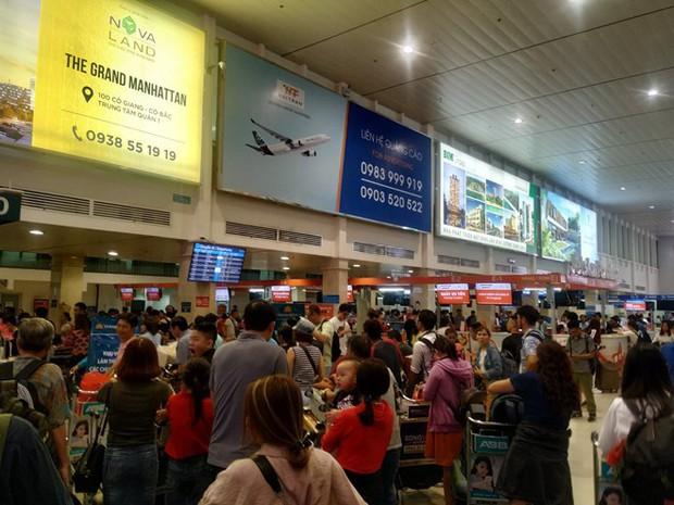 Sân bay Tân Sơn Nhất sắp chính thức ngưng sử dụng loa phát thanh để thông báo. Mách bạn một vài tips hay ho làm quen với điều này để không bị trễ giờ bay nhé - Ảnh 4.