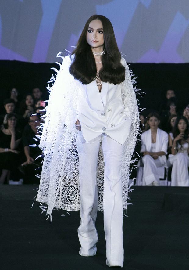 Tạm gác ồn ào nợ 3 tỷ đồng, Hoa hậu Trái đất Phương Khánh phô trương đường cong vệ nữ tại show của Adrian Anh Tuấn - Ảnh 4.