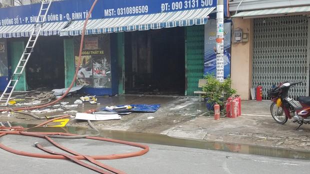 Người phụ nữ bồng bé trai 10 tuổi thoát khỏi công ty bốc cháy ngùn ngụt ở Sài Gòn - Ảnh 1.