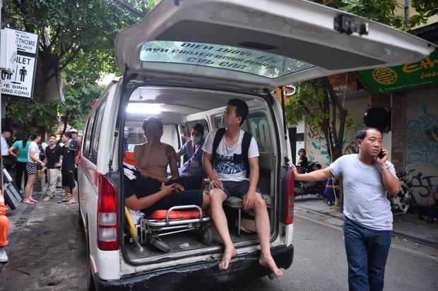 Cháy khách sạn trên phố cổ Hà Nội lúc sáng sớm, nhiều người chỉ kịp choàng khăn tắm hốt hoảng tháo chạy - Ảnh 9.