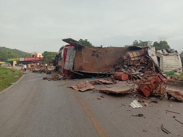 Ảnh: Hiện trường thảm khốc vụ xe tải va chạm xe khách khiến 40 người thương vong ở Hòa Bình - Ảnh 5.