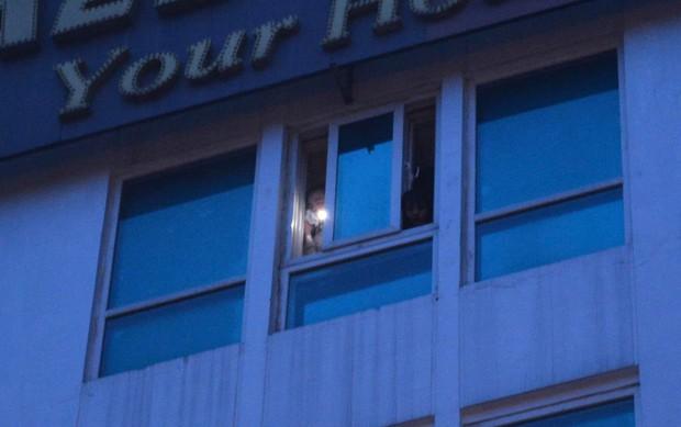 Cháy khách sạn trên phố cổ Hà Nội lúc sáng sớm, nhiều người chỉ kịp choàng khăn tắm hốt hoảng tháo chạy - Ảnh 2.