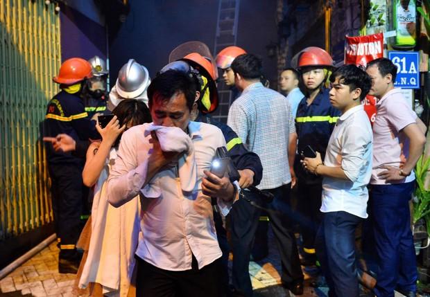 Cháy khách sạn trên phố cổ Hà Nội lúc sáng sớm, nhiều người chỉ kịp choàng khăn tắm hốt hoảng tháo chạy - Ảnh 6.