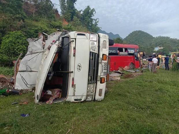 Clip: Khoảnh khắc xe tải đâm sầm vào xe khách trong đêm khiến 40 người thương vong ở Hòa Bình - Ảnh 4.