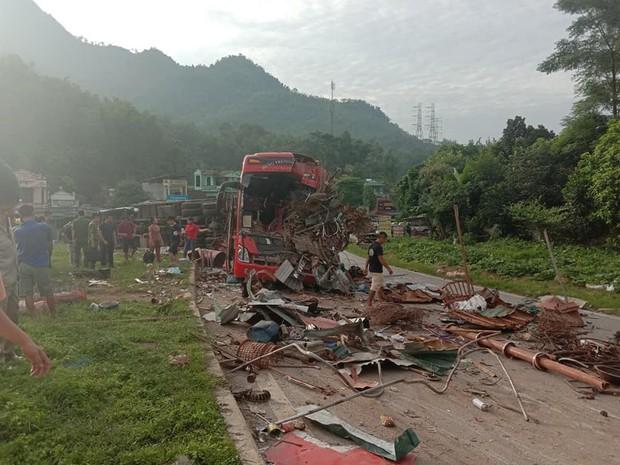 Clip: Khoảnh khắc xe tải đâm sầm vào xe khách trong đêm khiến 40 người thương vong ở Hòa Bình - Ảnh 3.