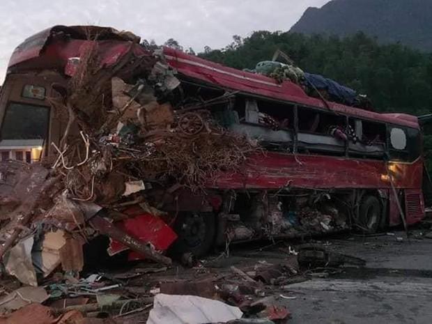 Ảnh: Hiện trường thảm khốc vụ xe tải va chạm xe khách khiến 40 người thương vong ở Hòa Bình - Ảnh 2.