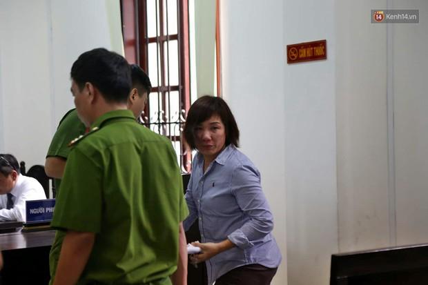 Nữ tài xế BMW vẫy tay chào người thân sau khi bị tuyên phạt 3 năm 6 tháng tù - Ảnh 10.